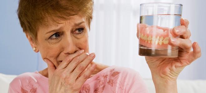 Consejos para lucir una dentadura postiza limpia, natural y cuidada