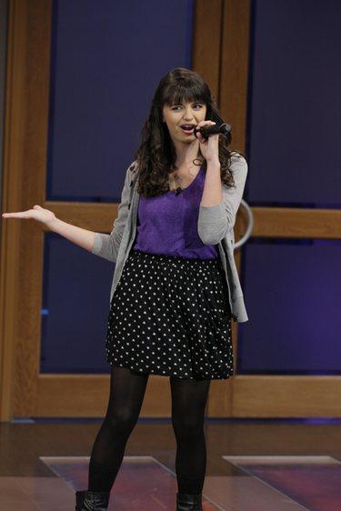 Rebecca Black deslumbra al cantar en directo 'Friday' en el show de Jay Leno
