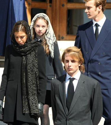 Alberto II , Estefanía y Carolina de Mónaco dan el último adiós a su tía Antoinette
