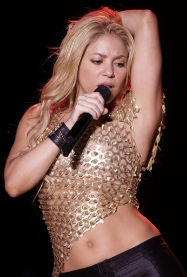 Un fan le roba el anillo del dedo a Shakira durante su actuación en Monterrey