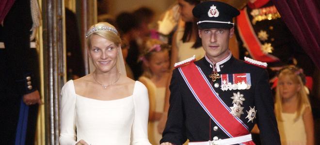 Mette-marit y haakon de noruega el día de su boda real en oslo