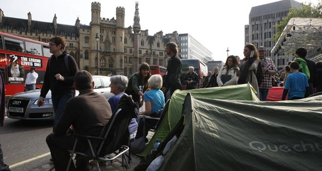 Decenas de personas acampan para ver la Boda Real de Inglaterra