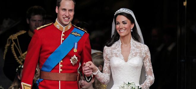 El beso de amor de Guillermo de Inglaterra y Kate Middleton en el balcón de Buckingham