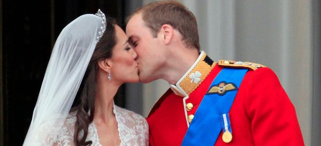 El tímido beso de amor de Guillermo de Inglaterra y Kate Middleton en el balcón de Buckingham