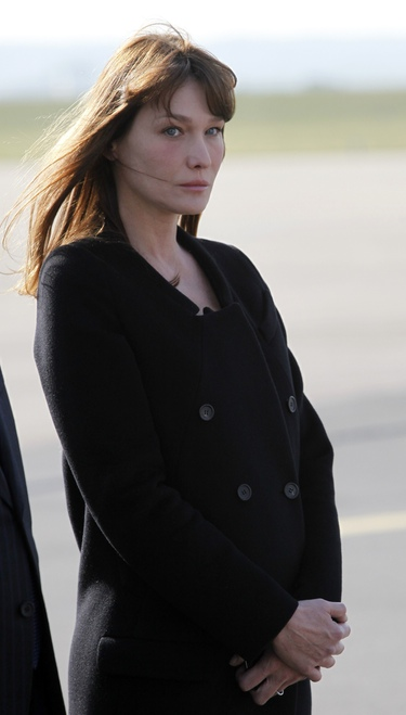 Carla Bruni crea polémica sobre su posible embarazo tapándose con un abrigo