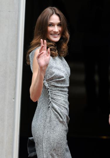 Carla Bruni, que sigue sin confirmar su embarazo, podría dar a luz en octubre