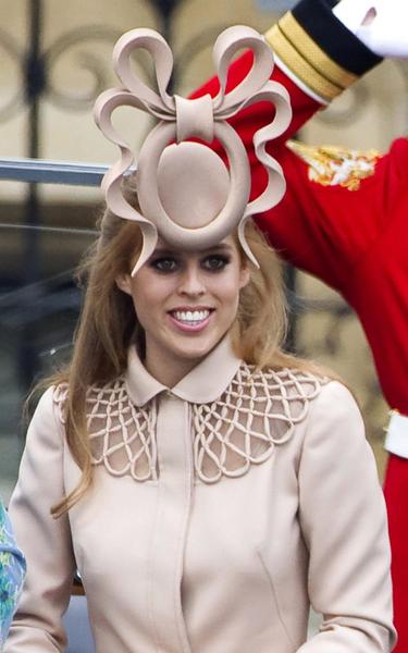 Subastan el extravagante sombrero que la Princesa Beatriz usó en la Boda Real