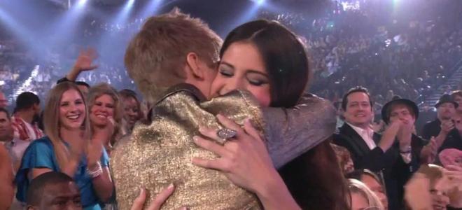 Justin Bieber celebra su éxito en los Billboard 2011 con un beso a Selena Gomez