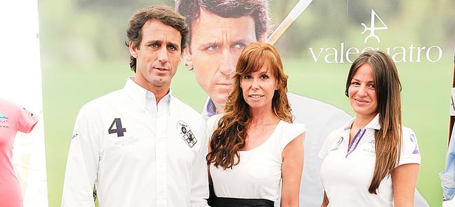 Álvaro Muñoz Escassi presenta una colección de ropa apoyado por Lara Dibildos y su novia Patricia