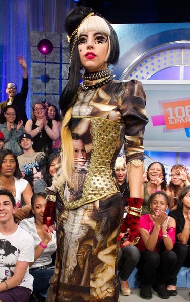 Lady Gaga acude a un programa con un modelo de la diseñadora española Maya Hansen