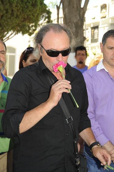 Amador Mohedano visita el cementerio de Chipiona para homenajear a Rocío Jurado