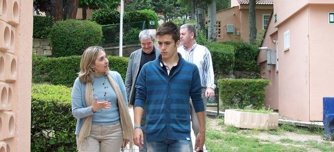 Emotiva visita de Ricardo Gómez, de 'Cuéntame', a una Aldea solidaria en Madrid