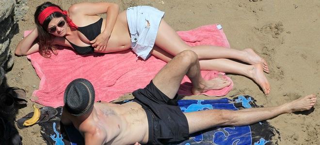 Olivia Molina lee acerca del embarazo mientras recibe los mimitos de Sergio Mur