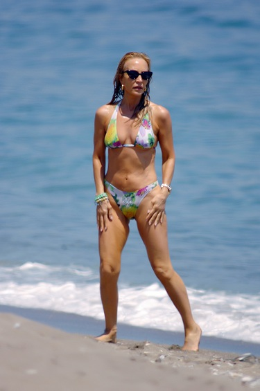 Carmen Lomana comienza sus vacaciones luciendo tipo en las playas de Marbella