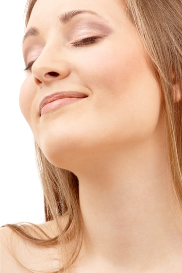 Te desvelamos los secretos para cuidar el cuello y el escote de manera natural