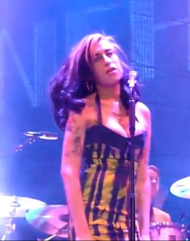 Amy Winehouse cancela parte de su gira tras ser abucheada por actuar borracha