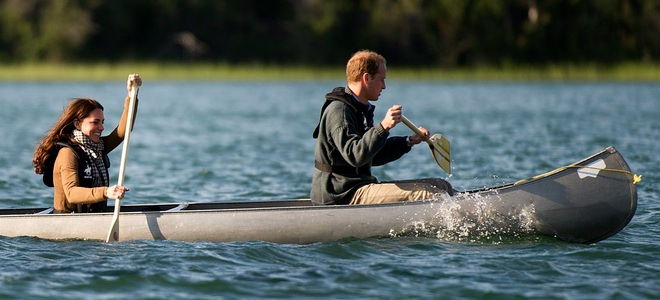 Los Duques de Cambridge se divierten montando en canoa y jugando al hockey en Canadá