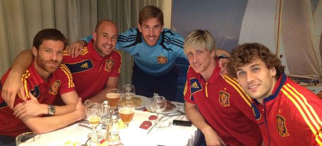 Torres, Cesc y Ramos celebran el 4-0 con cerveza y tortilla de patatas