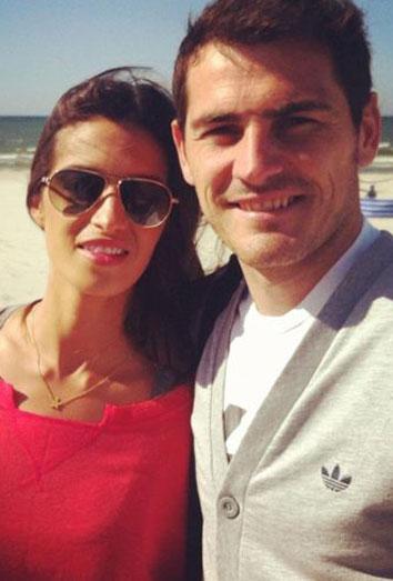 Sara Carbonero se consuela con Iker Casillas en la playa y aparentan 'pasar' de las críticas