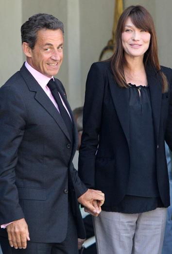 Carla Bruni, ¿embarazada? la ex Primera Dama reaparece con unos kilos de más