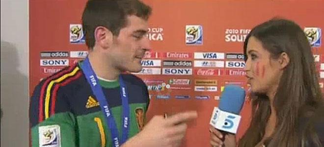 España campeona. Casillas se lleva la copa y Sara Carbonero un abrazo