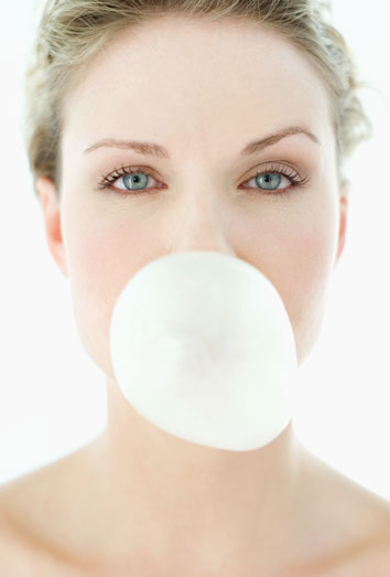 Los riesgos de masticar chicle en exceso