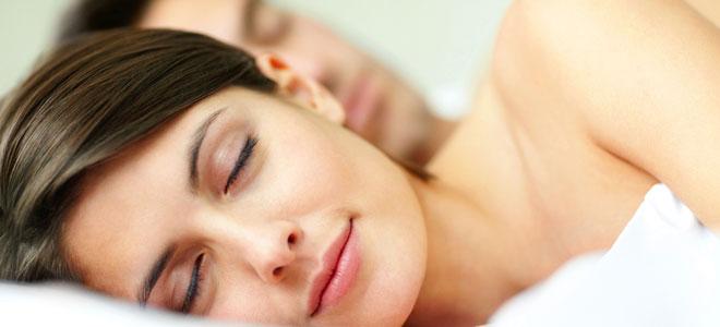 Beneficios e inconvenientes de dormir acompañada