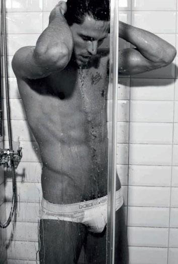 Velencoso, en la ducha. Las fotos más sexys del novio de Kylie Minogue