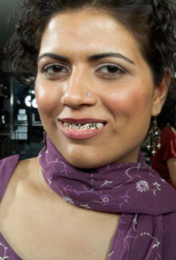 Rihanna vuelve a poner de moda los dientes de oro