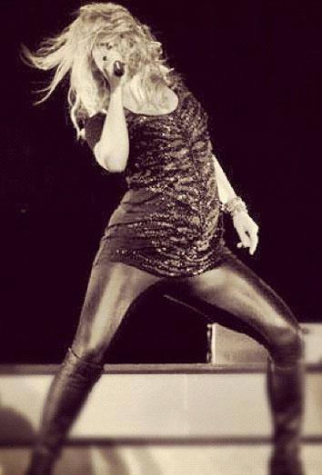 Una Shakira embarazadísima sube a su waka bebe al escenario por primera vez
