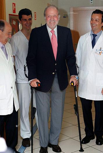 El Rey con muletas tras su operación