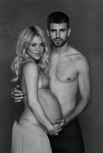 Shakira posa muy embarazada con Piqué