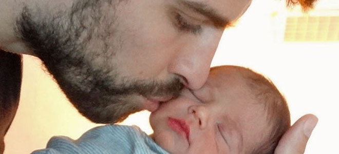 Primera foto de Milan Piqué junto a su padre.