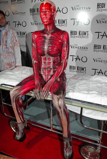 Disfraz de Heidi Klum que recrea el cuerpo humano