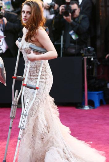 Kristen Stewart con muletas.