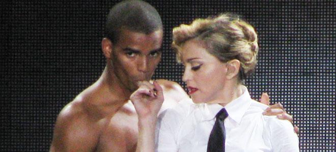 Imagen de Brahim Zaibat con Madonna durante la gira MDNA