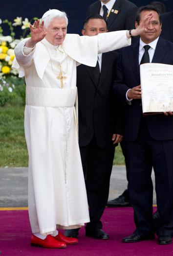 Los zapatos del Benedicto XVI, el orgullo de Méxido