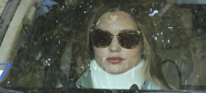 Miranda Kerr con collarin tras su accidente de coche