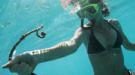 Bucea entre perlas negras tahitianas