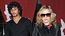 Madonna atacada por la edad de su novio Jesús Luz
