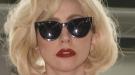 Lady Gaga regresa a Estados Unidos con tutú y un cargamento de maletas