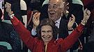 La Reina Sofía, de rojo y amarillo, vibra con la victoria de España