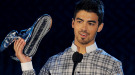 Joe Jonas triunfa y se reencuentra con su ex en los premios Do Something