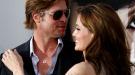 A Brad Pitt se le van las manos con Angelina Jolie en el estreno de 'Salt'