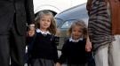Las infantas Leonor y Sofía llegan tímidas y de la mano de Letizia y Felipe al colegio