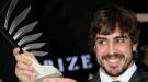 Fernando Alonso estrena look junto a Raquel del Rosario para recoger el Premio FIA 2010
