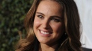 Natalie Portman luce embarazo junto a Ashton Kutcher en la premier de 'Sin compromiso'