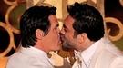 Javier Bardem besa a Josh Brolin delante de Penélope Cruz en los Oscar 2011