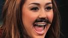 Miley Cyrus olvida los problemas familiares ocultándose tras un bigote postizo