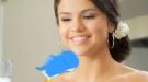 Selena Gomez, solidaria con UNICEF hablando con un pajarito azul en un spot